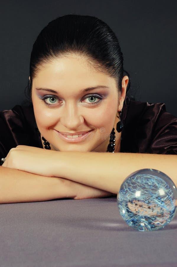 Belle sorcière avec la sphère magique image stock
