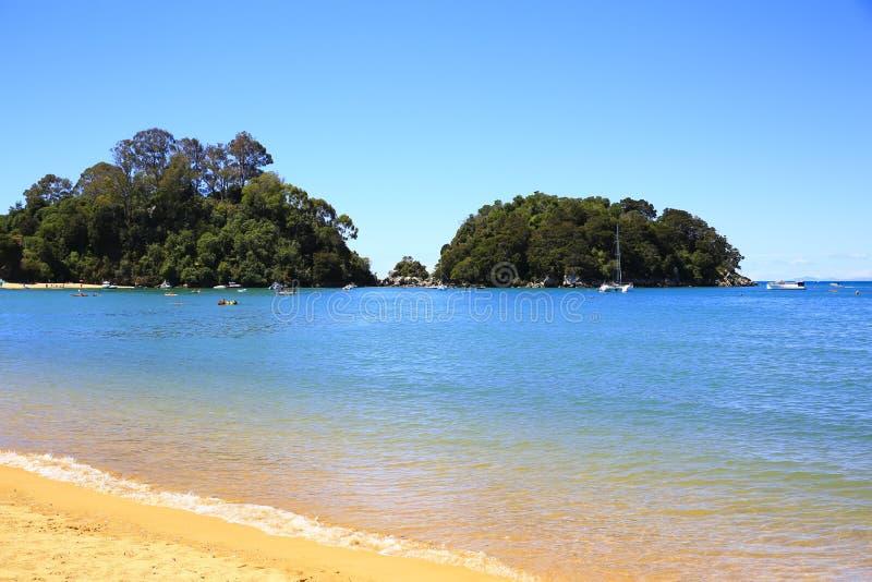 Belle spiagge arancio lungo Abel Tasman Great Walk immagini stock libere da diritti