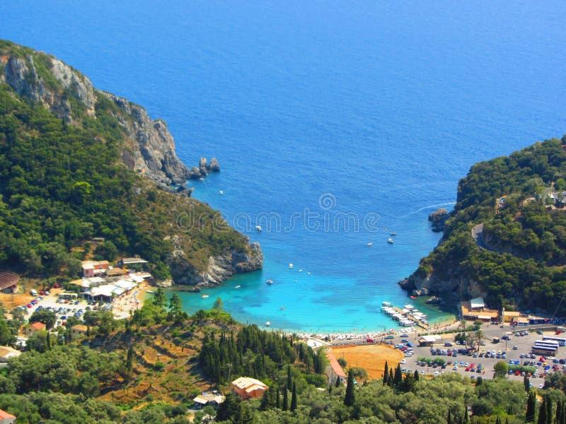 Belle spiaggia e barca in Paleokastritsa, isola di Corfù, Grecia fotografia stock libera da diritti