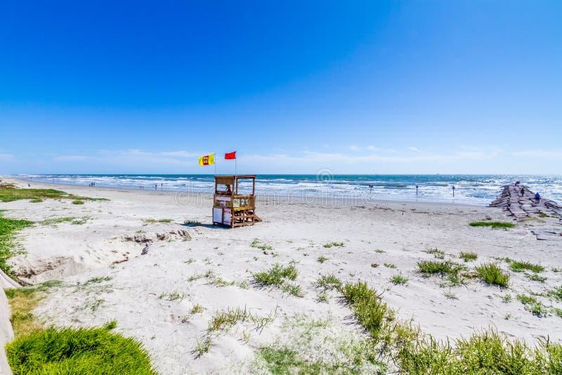 Belle spuma e sabbia su una spiaggia dell'oceano di estate. fotografia stock