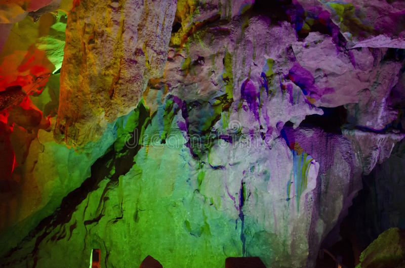 belle stalattiti multicolori illuminate dalla caverna di Reed Flute di morfologia carsica Guilin il Guangxi Cina immagine stock libera da diritti
