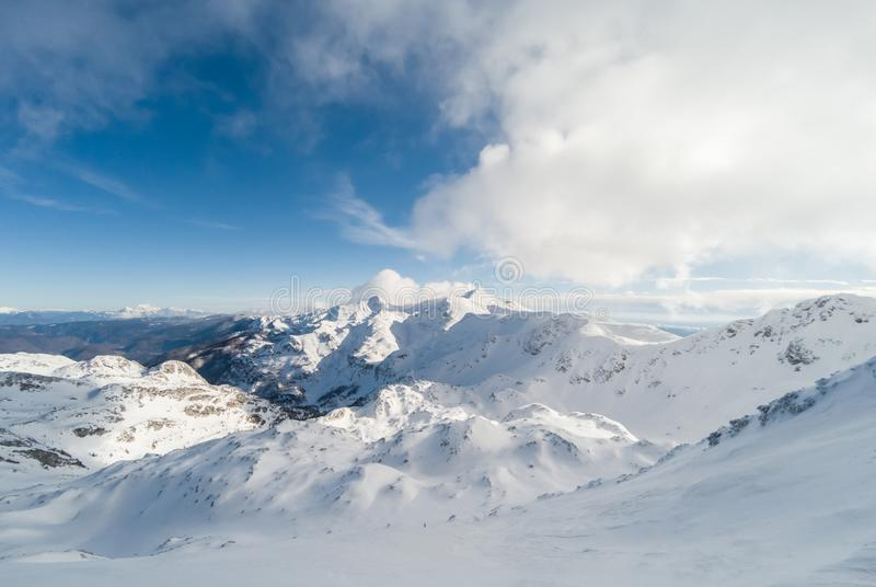 Belle station de sports d'hiver de montagnes dans les Alpes image stock