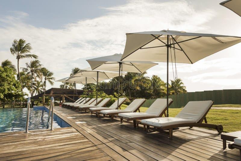 Belle station de vacances tropicale avec la piscine, les soleil-canapés et le p photographie stock libre de droits
