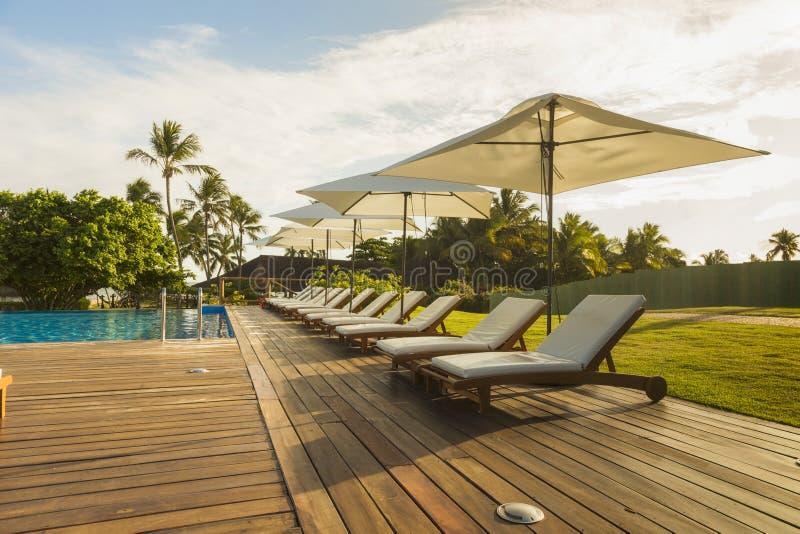 Belle station de vacances tropicale d'hôtel d'avant de plage avec la piscine, photos stock