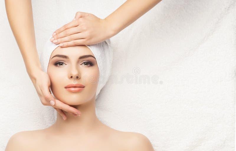 Belle station thermale saine de femme Massage de santé d'énergie de récréation il images libres de droits
