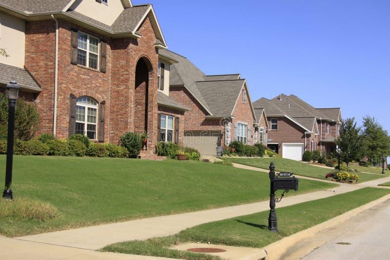 Belle subdivision des maisons classieuses photo libre de droits