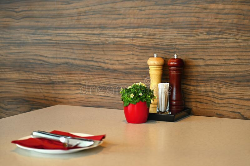 Belle table en bois dans le restaurant ou la maison Ensemble de d?jeuner Poivre et couverts de sel photo libre de droits