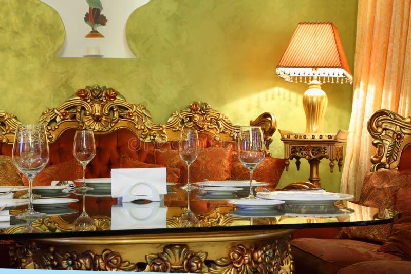 Belle table en verre avec la portion photographie stock