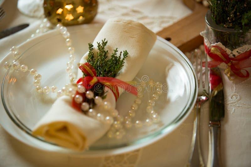 Belle table servie avec des décorations, des bougies et des lanternes photographie stock libre de droits