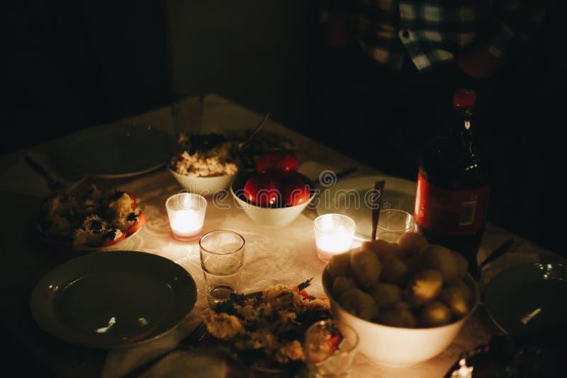 Belle table servie avec des décorations, des bougies et des lanternes Salon décoré des lumières photo libre de droits