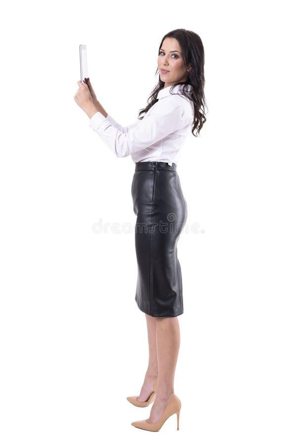 Belle tablette formelle heureuse sûre de participation de femme d'affaires regardant la caméra photos stock