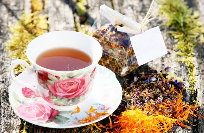 Belle tasse de porcelaine de thé avec le thé image libre de droits