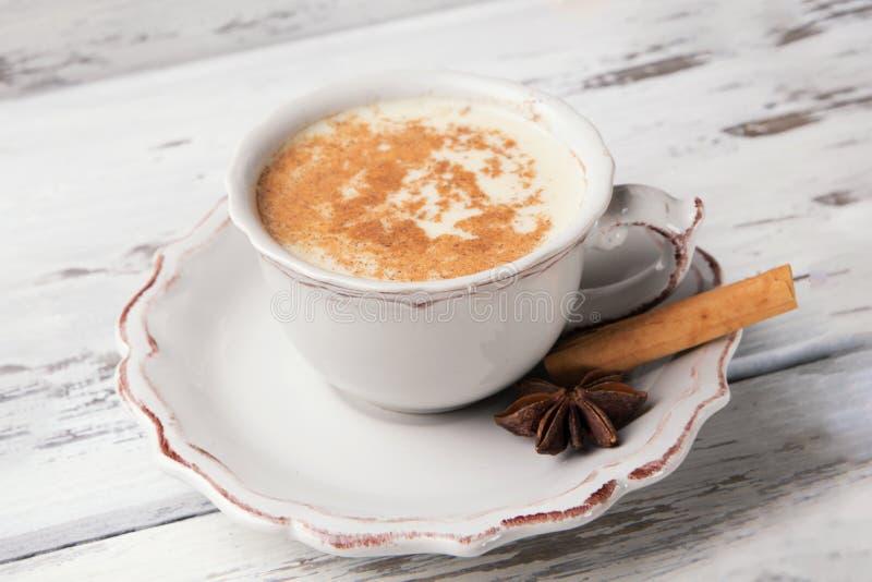 Belle tasse de thé indien traditionnel de Chai de masala dessus avec l'anis d'étoile et la cannelle sur un fond en bois minable d photos stock