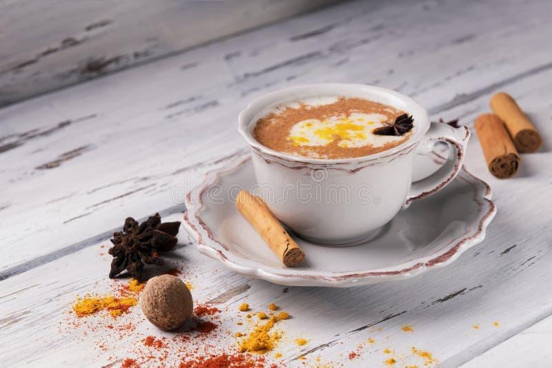 Belle tasse de thé indien traditionnel de Chai de masala dessus avec l'anis d'étoile et la cannelle sur un fond en bois minable d image stock
