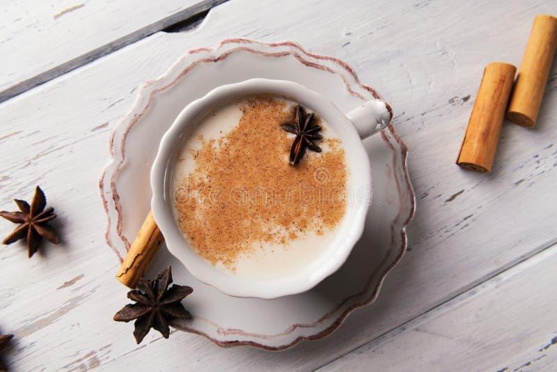 Belle tasse de thé indien traditionnel de Chai de masala dessus avec l'anis et la cannelle d'étoile sur un fond en bois minable d image stock