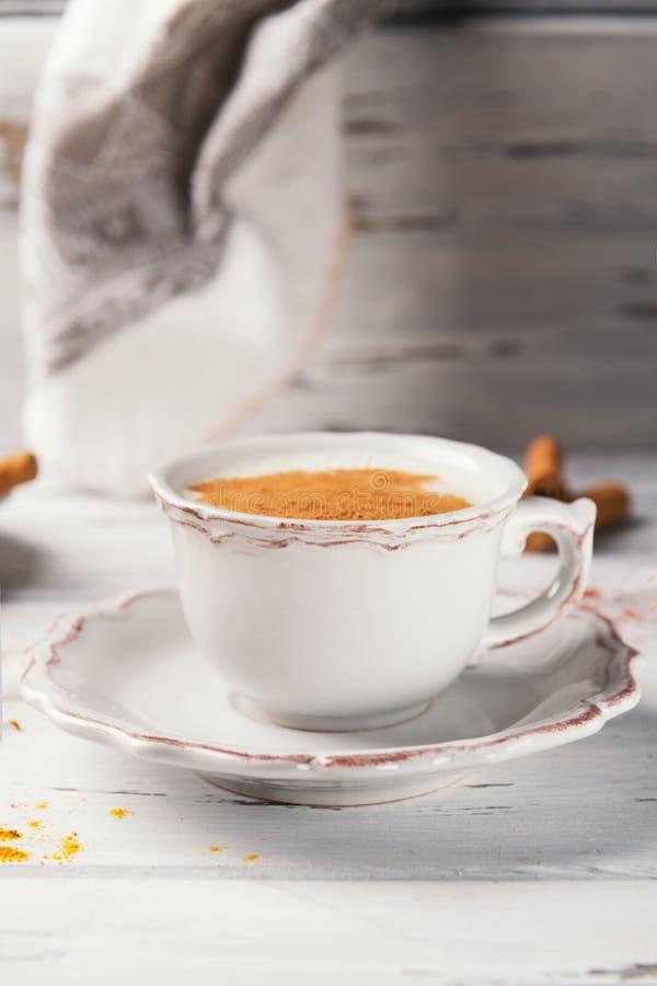 Belle tasse de thé indien traditionnel de Chai de masala dessus avec l'anis et la cannelle d'étoile sur un fond en bois minable d images stock