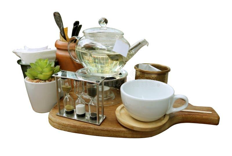 Belle tasse disposée de thé avec du sucre sur un plateau images libres de droits