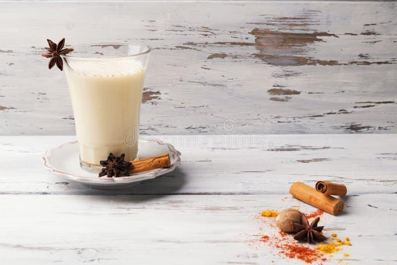 Belle tasse en verre de thé indien traditionnel de Chai de masala dessus avec l'anis et la cannelle d'étoile sur un fond en bois  image libre de droits