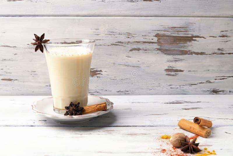 Belle tasse en verre de thé indien traditionnel de Chai de masala dessus avec l'anis et la cannelle d'étoile sur un fond en bois  images libres de droits