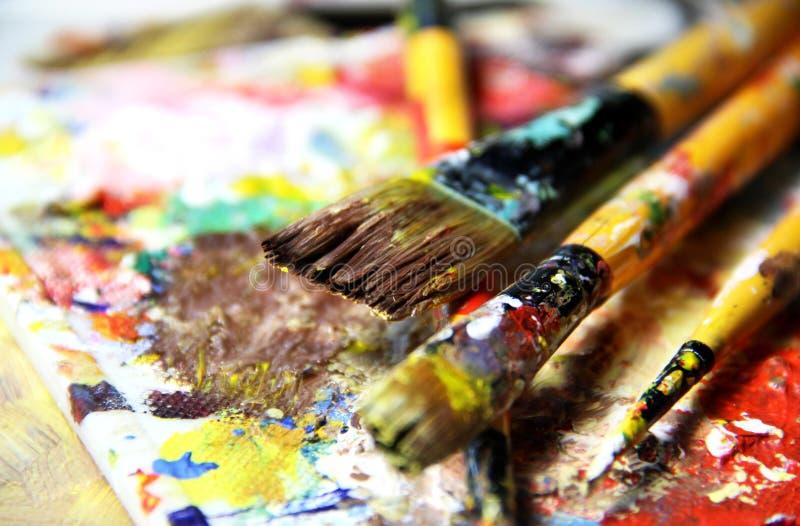 Belle tavolozza di arte e miscela vive dei pennelli fotografia stock libera da diritti