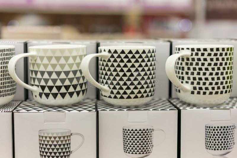 Belle tazze in bianco e nero in un deposito immagine stock