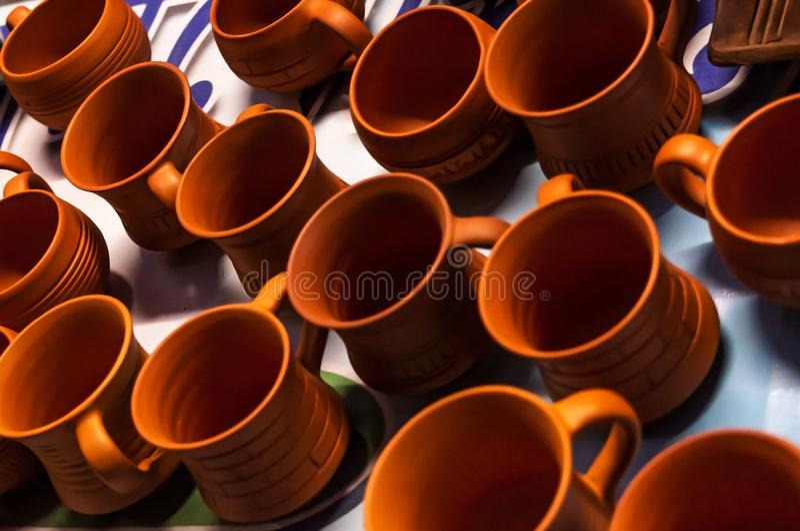 Belle tazze di tè fatte a mano di terracotta immagini stock