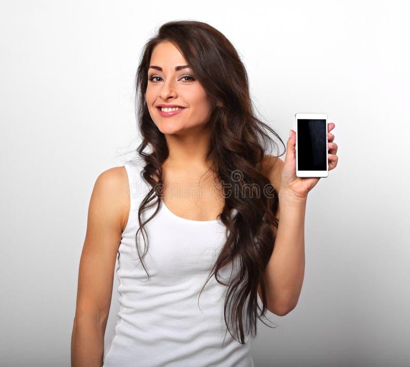 Belle tenuta della donna e pubblicità emozionanti sorridenti felici Mo fotografie stock