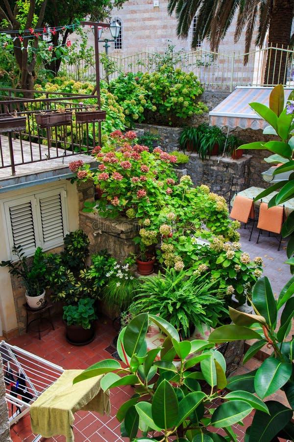 Belle Terrasse Aménagée En Parc D\'une Maison Avec Des Fleurs Et Des ...