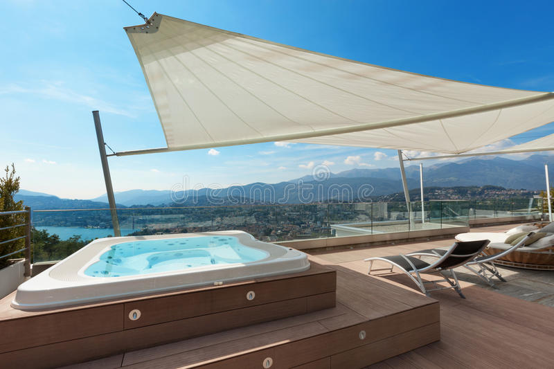 belle terrasse avec le jacuzzi photo stock image 59373444. Black Bedroom Furniture Sets. Home Design Ideas
