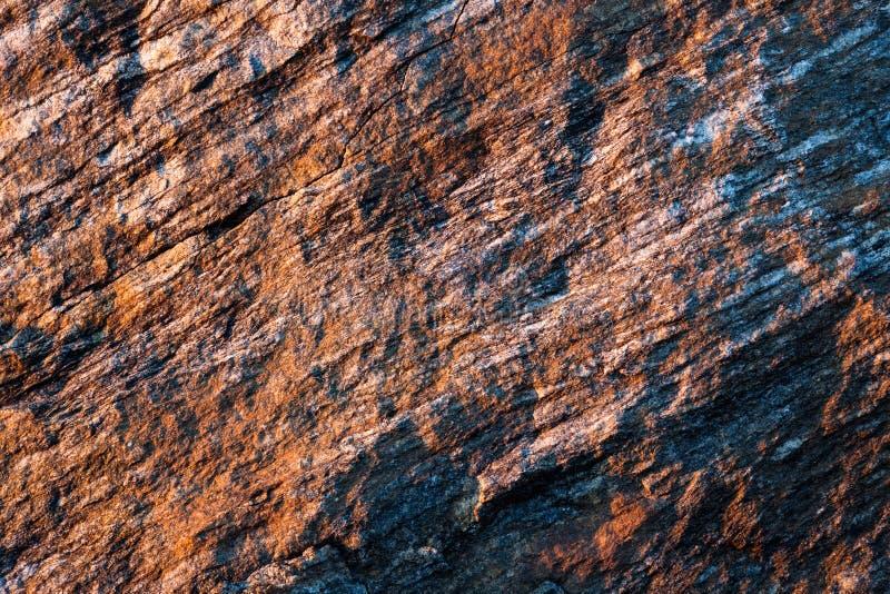 Belle texture de roche dans la lumière en retard de coucher du soleil photographie stock