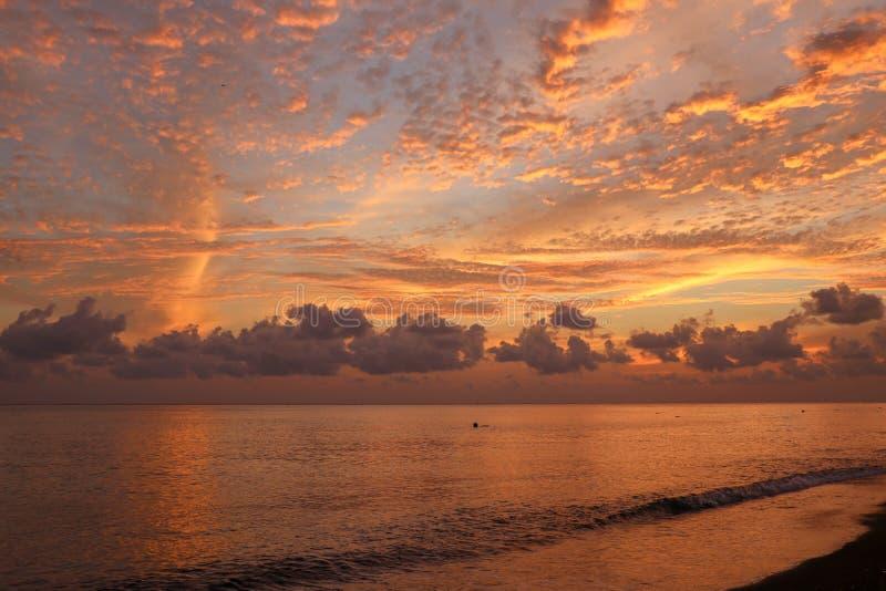 Belle toile de fond abstraite de la côte des nuages. Ciel orangé de soleil. Lever de soleil époustouflant sur la plage de Bali  image stock