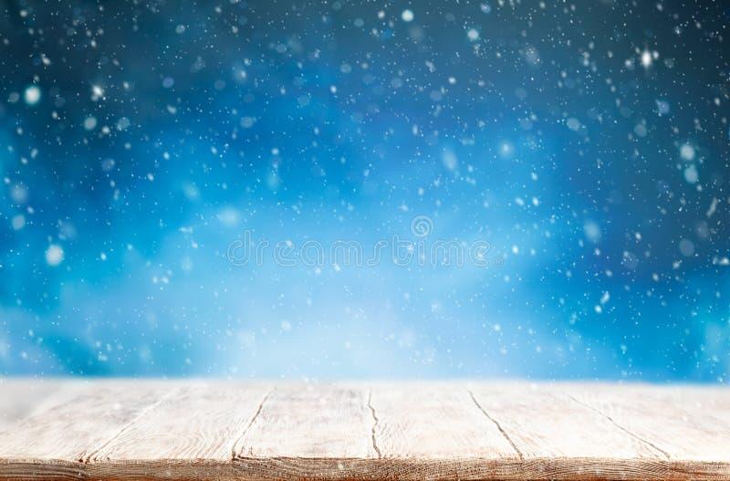 Belle toile de fond d'hiver avec vieux bureau en bois et ciel bleu flou Concept hiver, Nouvel An et Noël enneigé photo libre de droits