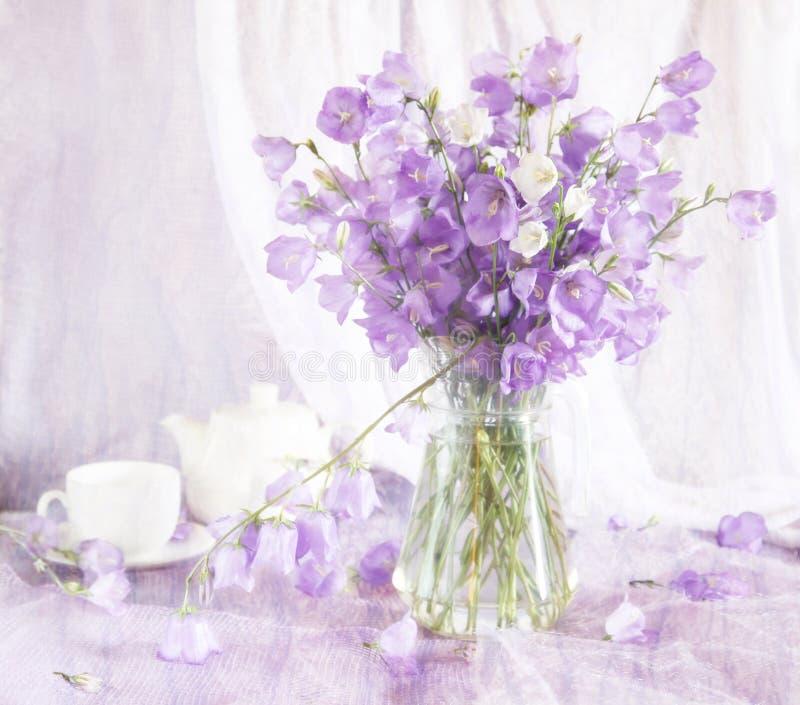 Belle toujours durée avec des fleurs de cloche photographie stock