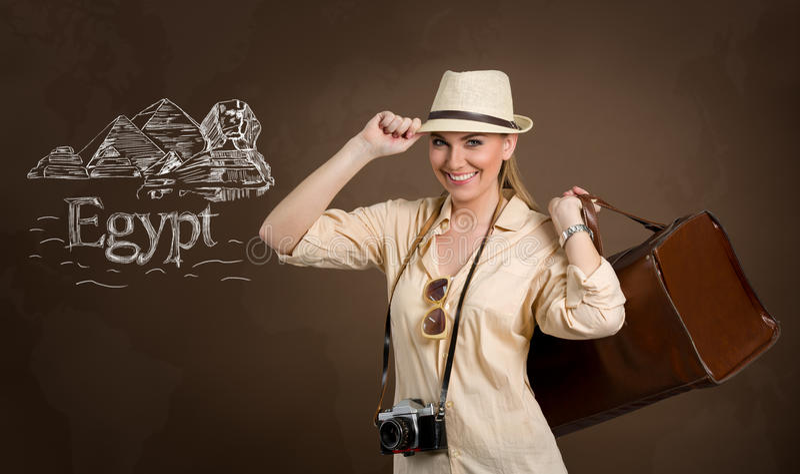 Belle touriste de femme avec les pyramides d'aspiration et le grand sphinx image stock