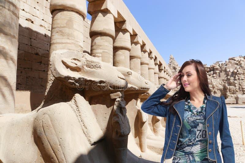 Belle touriste de fille chez l'Egypte photo stock