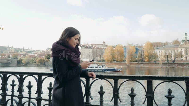 Belle touriste de jeune femme à Prague utilisant son Smartphone, concept de déplacement images libres de droits
