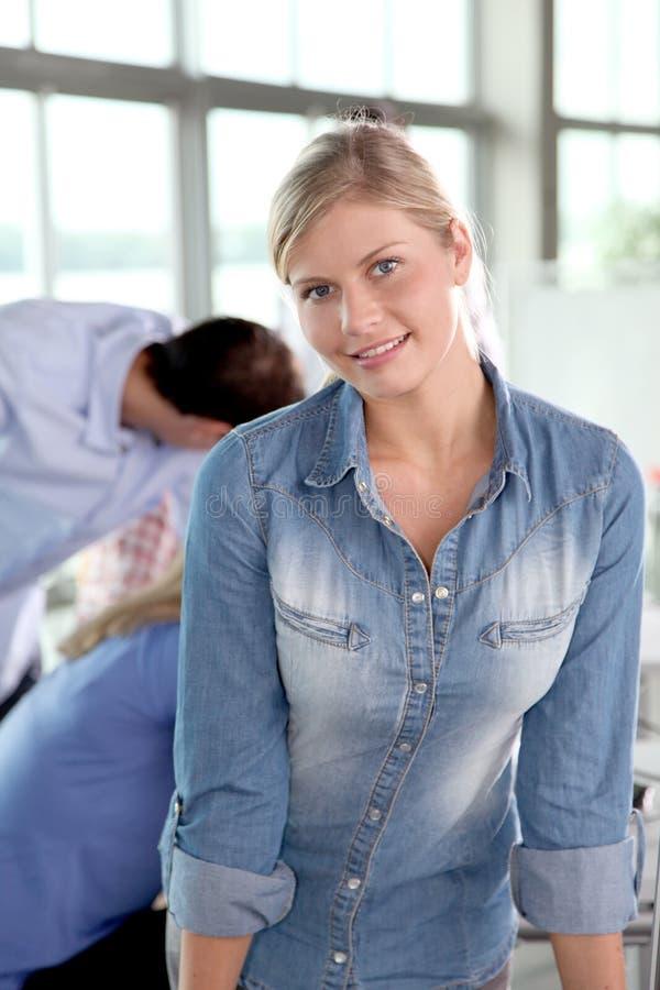 Belle travailleuse active blonde image libre de droits