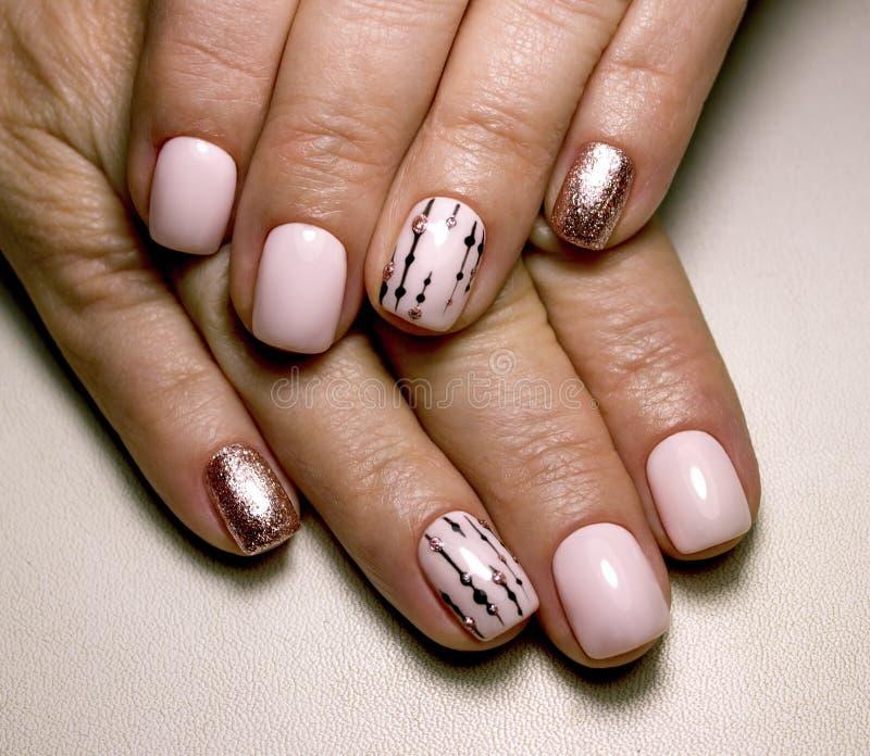 Belle unghie rosa del manicure rt fotografia stock