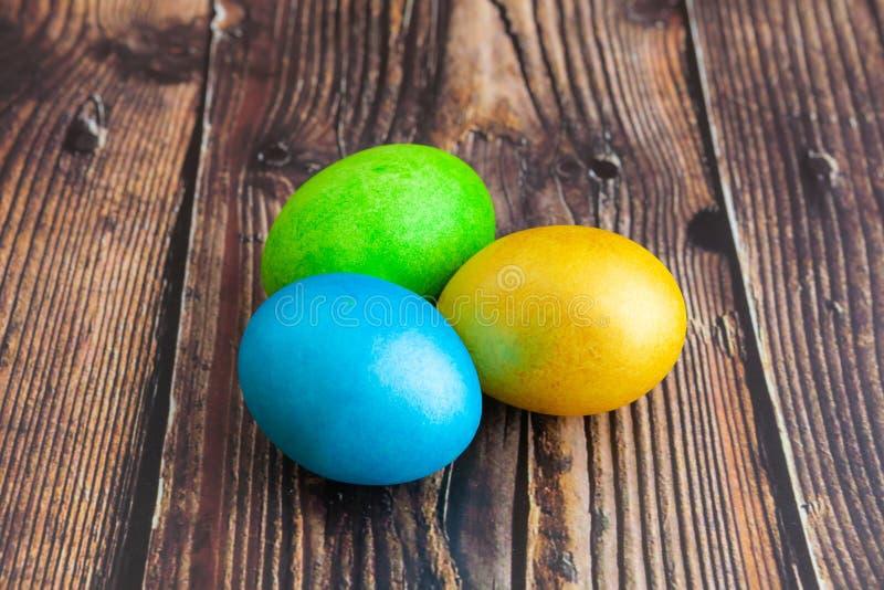 Belle uova di Pasqua variopinte Concetto di Pasqua su fondo di legno scuro, primo piano immagini stock