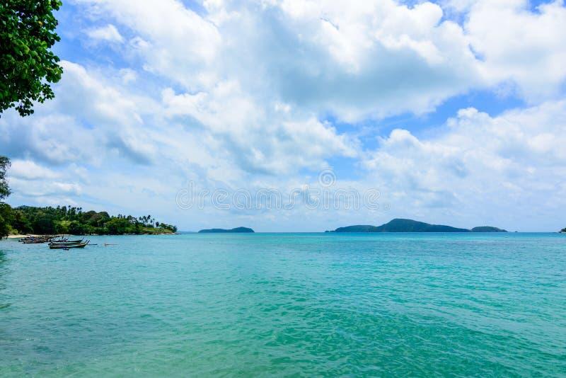 Belle vague sur la plage, l'eau claire, sable blanc à votre HOL photo stock