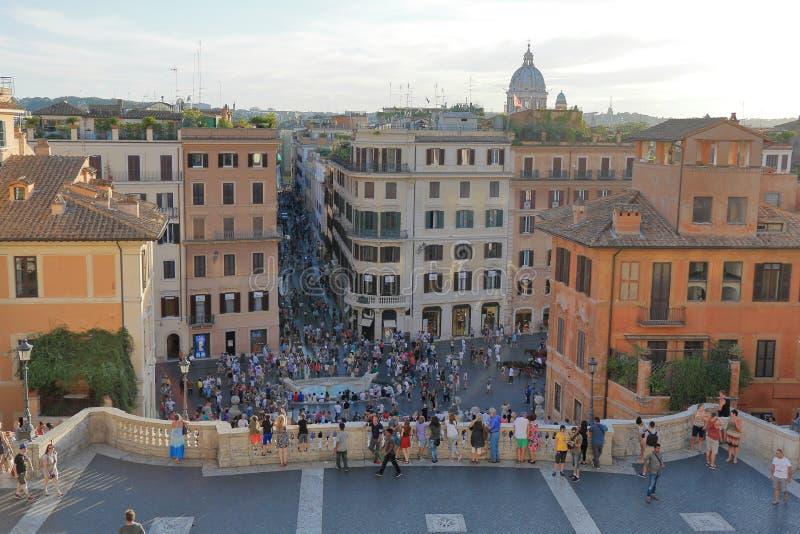 Belle vecchie finestre a Roma (Italia) Punti spagnoli su un quadrato spagnolo nella sera immagini stock libere da diritti