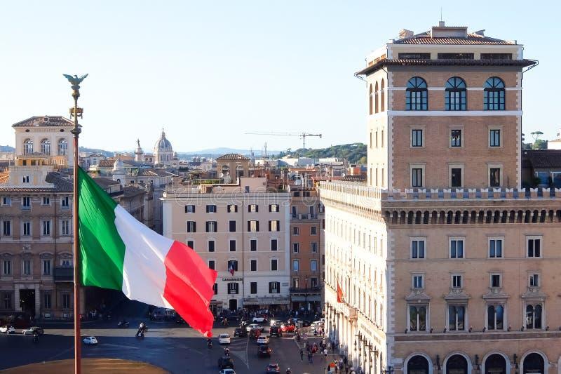 Belle vecchie finestre a Roma (Italia) Vista della bandiera nazionale e della piazza italiane Venezia Vittoriano, Roma fotografia stock libera da diritti