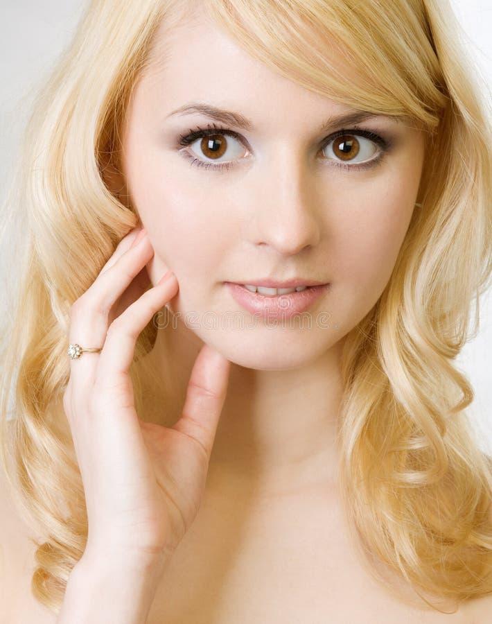 Download Belle verticale blonde image stock. Image du dame, regard - 8669771
