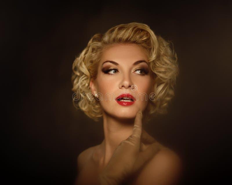 Belle verticale blonde de femme image libre de droits