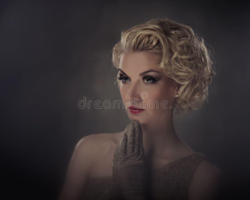 Belle verticale blonde de femme photos libres de droits