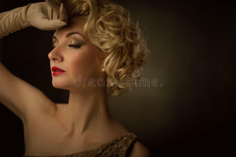 Belle verticale blonde de femme images libres de droits