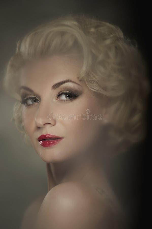 Belle verticale blonde de femme photographie stock