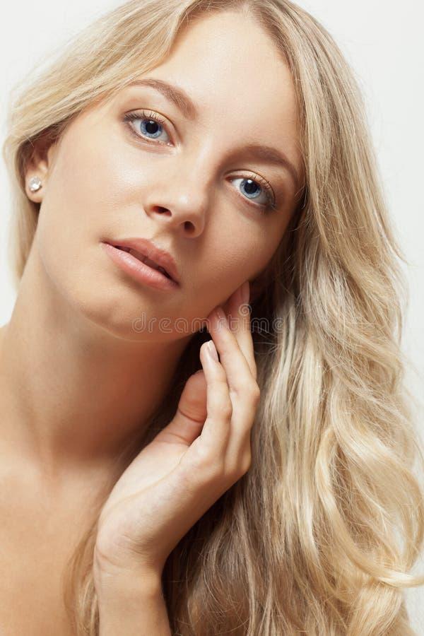 Belle verticale blonde de visage de femme images libres de droits