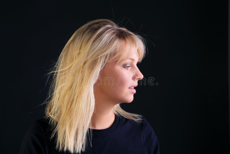 Belle verticale blonde de vue de côté photographie stock