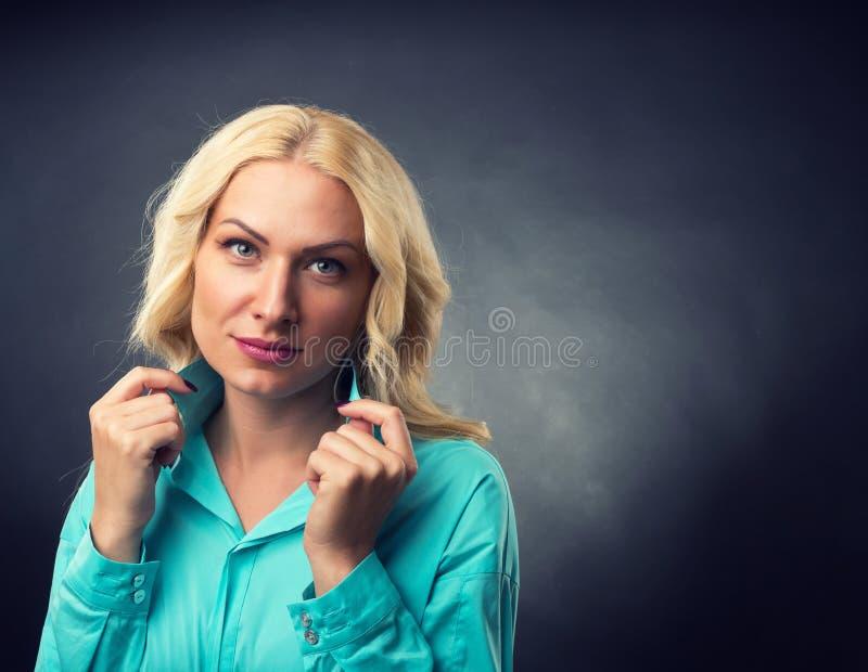 Belle verticale de femme photographie stock
